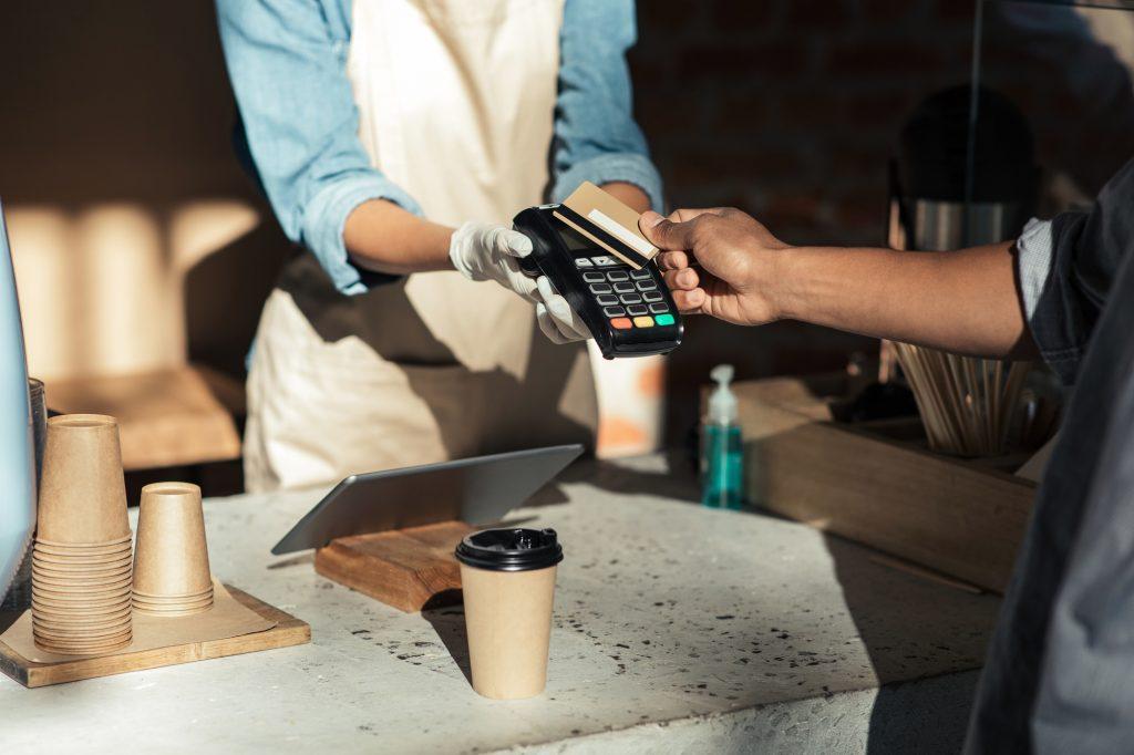 飲食店のクレジットカード決済導入は必須の時代!導入前の確認ポイント